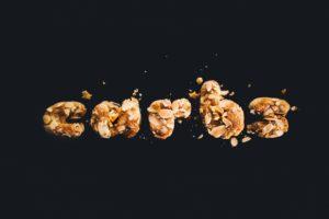des morceau de glucides forment le mot Carbs en anglais traduit en glucides en français