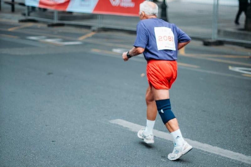 personne âgée qui pratique la course à pied
